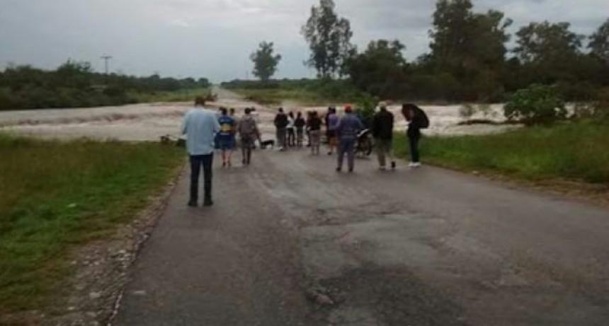 ULTIMO MOMENTO: ENCUENTRAN UNA CAMIONETA QUE FUE ARRASTRADA POR EL RIO
