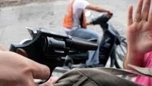 Una joven fue arrastrada y asaltada por motochorros frente a un kiosco